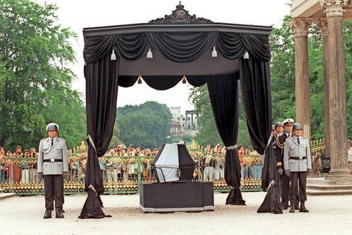 Gebeine-von-Friedrich-II.-nach-Potsdam-gebracht